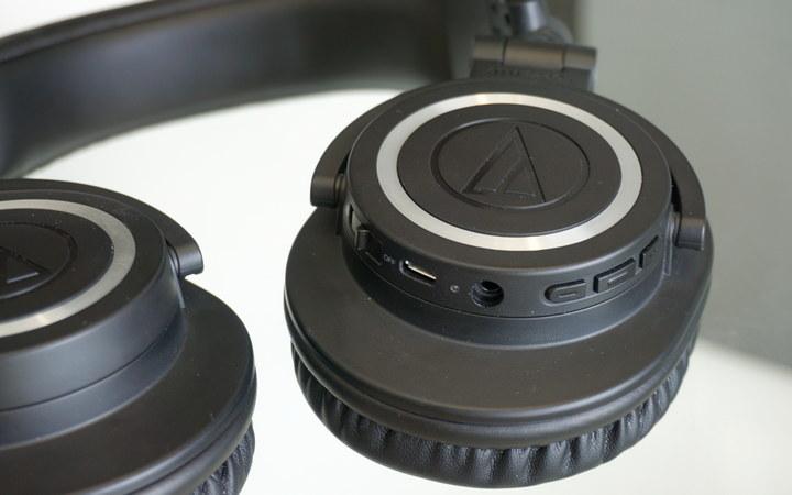 כפתורים וחיבורי האוזניות האלחוטיות ATH-M50xBT
