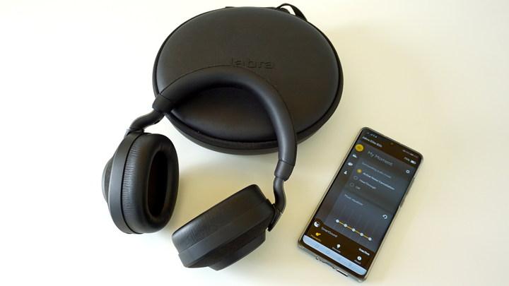 האפליקציה והאריזה עם הקופסה של אוזניות מנטרלות רעשים Jabra Elite 85h