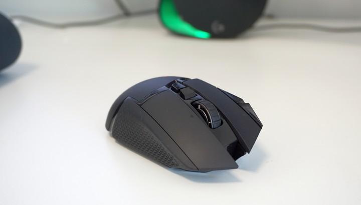 מבט מקדימה לגלגלת עכבר המשחקים Logitech G502 Lightspeed של לוג'יטק
