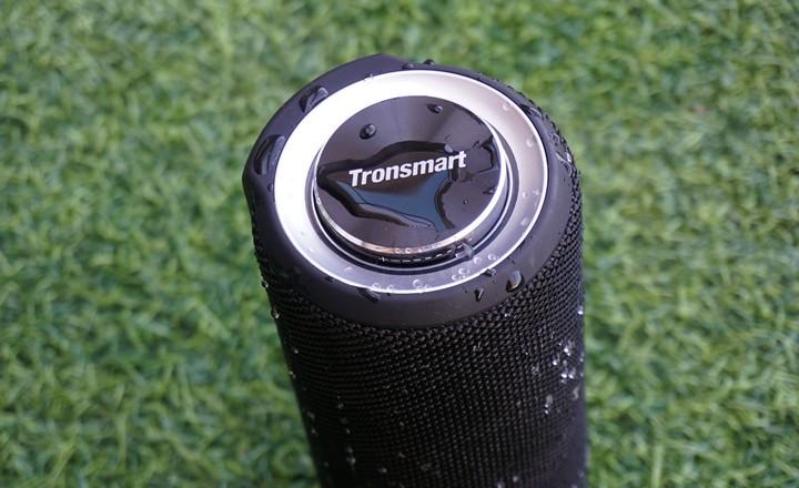 בדיקת חסינות נגד מים ברמקול הנייד Tronsmart Element T6 Plus