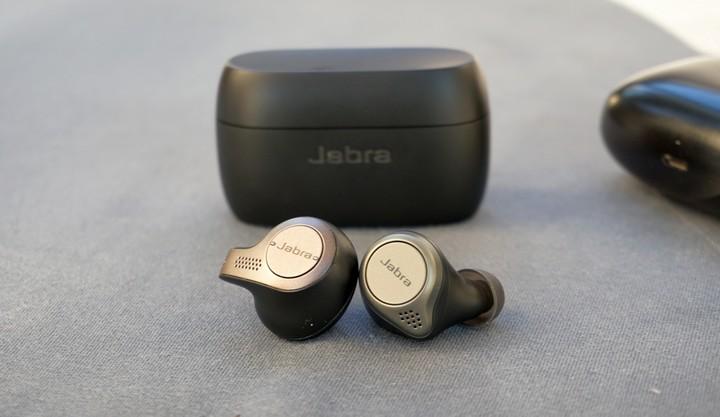אוזניות ללא חוטים Jabra Elite 75t בהשוואה לגודל של Jabra Elite 65t