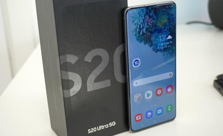 סמסונג גלקסי אס 20 אולטרה (Galaxy S20 Ultra) על השולחן